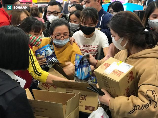Hà Nội: Khẩu trang bị vét sạch khi chưa lên kệ siêu thị, hạn chế khách mua tối đa 2 gói/lần - Ảnh 7.