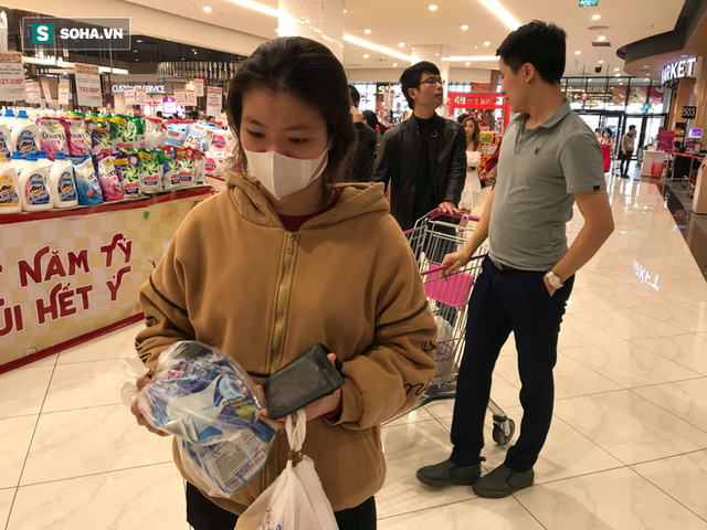 Hà Nội: Khẩu trang bị vét sạch khi chưa lên kệ siêu thị, hạn chế khách mua tối đa 2 gói/lần - Ảnh 8.