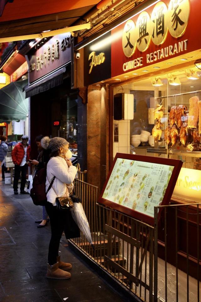 Đâu chỉ có Trung Quốc, cộng đồng người Hoa ở Anh cũng chật vật trước dịch viêm phổi Vũ Hán bùng phát: Đường phố vắng hoe và bị xa lánh - Ảnh 10.