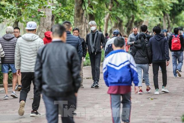 Phố đi bộ tạm dừng do virus corona, Hồ Gươm vẫn đông đúc du khách - Ảnh 2.