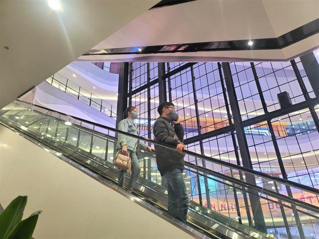 Cảnh khác lạ của loạt trung tâm thương mại, khu vui chơi mua sắm tại Hà Nội - Ảnh 1.