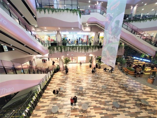 Cảnh khác lạ của loạt trung tâm thương mại, khu vui chơi mua sắm tại Hà Nội - Ảnh 2.
