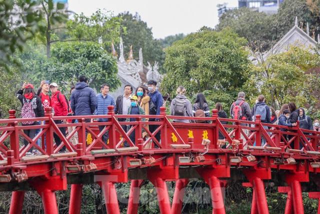 Phố đi bộ tạm dừng do virus corona, Hồ Gươm vẫn đông đúc du khách - Ảnh 8.