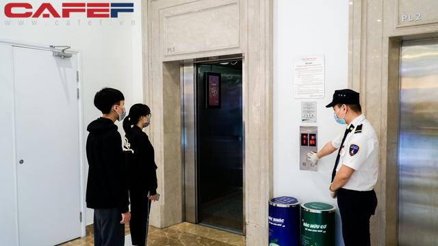 Cẩn thận như Vingroup: Khử trùng tay nắm cửa, nút bấm thang máy tại trung tâm thương mại 2 tiếng/lần, kiểm tra thân nhiệt toàn bộ khách hàng - Ảnh 3.