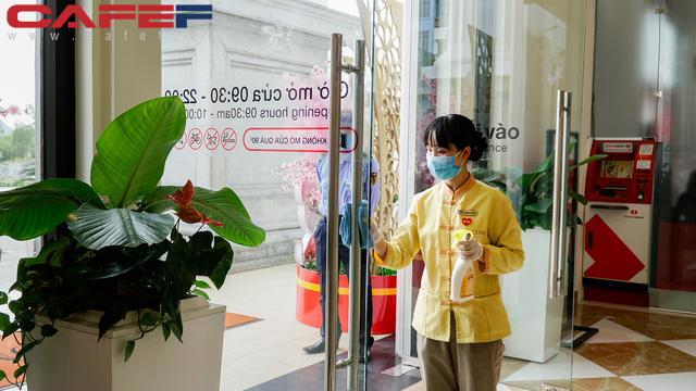Cẩn thận như Vingroup: Khử trùng tay nắm cửa, nút bấm thang máy tại trung tâm thương mại 2 tiếng/lần, kiểm tra thân nhiệt toàn bộ khách hàng - Ảnh 1.