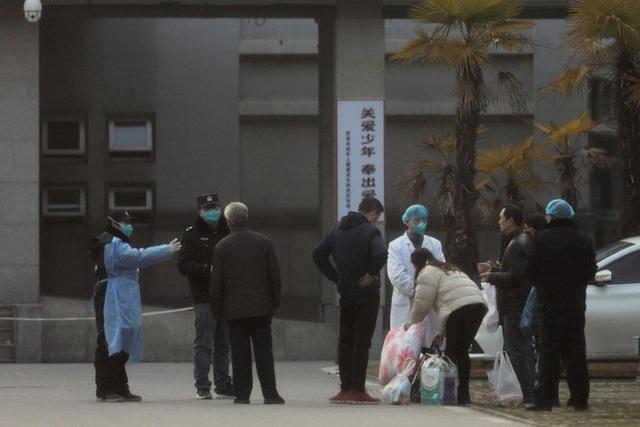2 ca nhiễm virus corona cùng khu nhà, Hồng Kông sơ tán chung cư trong đêm - Ảnh 2.