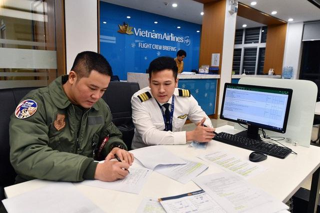 9 giờ không ăn, không uống của phi hành đoàn trên chuyến bay đưa công dân Việt từ Vũ Hán về nước  - Ảnh 1.