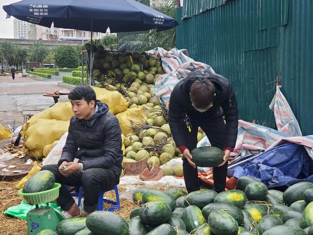 Mưa lạnh kéo dài, hàng loạt điểm bán dưa hấu treo biển mua hộ đồng giá 20.000 đồng/quả - Ảnh 7.