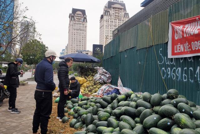 Mưa lạnh kéo dài, hàng loạt điểm bán dưa hấu treo biển mua hộ đồng giá 20.000 đồng/quả - Ảnh 8.