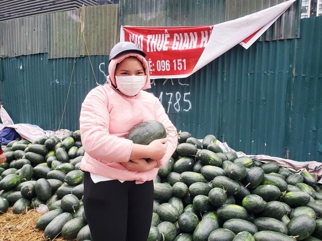 Mưa lạnh kéo dài, hàng loạt điểm bán dưa hấu treo biển mua hộ đồng giá 20.000 đồng/quả - Ảnh 9.