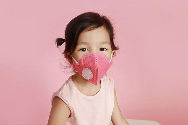 Học sinh sắp quay trở lại trường, cha mẹ có cần yêu cầu trẻ đeo khẩu trang 24/24 để phòng tránh lây lan virus Covid-19? - Ảnh 3.
