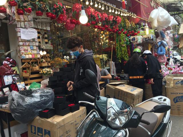 Hoa vĩnh cửu tiền triệu đắt khách dịp Valentine - Ảnh 1.