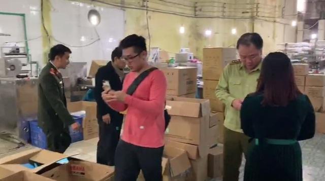 Nóng: Phát hiện cơ sở sản xuất khẩu trang kháng khuẩn bằng… giấy vệ sinh - Ảnh 1.