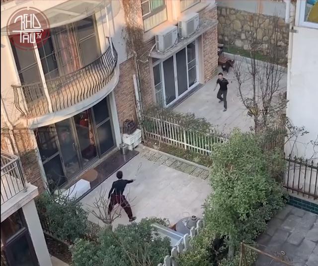 Cuộc sống lạc quan của người dân Vũ Hán giữa tâm dịch corona: Đánh cầu lông qua hàng rào, tự làm vlog để giải trí khi thành phố bị phong tỏa - Ảnh 3.