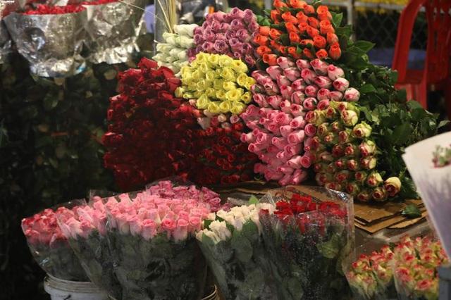 Ảnh: Chợ hoa ngày Valentine hiu hắt, giá rớt thảm hại - Ảnh 2.