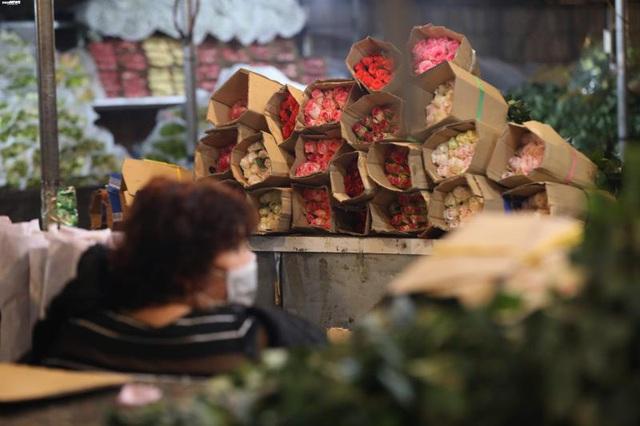 Ảnh: Chợ hoa ngày Valentine hiu hắt, giá rớt thảm hại - Ảnh 5.