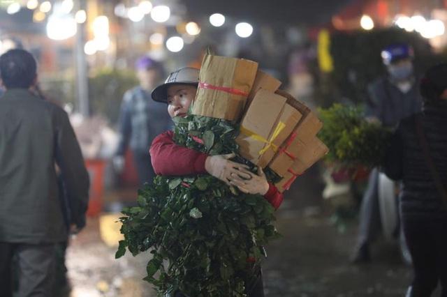Ảnh: Chợ hoa ngày Valentine hiu hắt, giá rớt thảm hại - Ảnh 8.