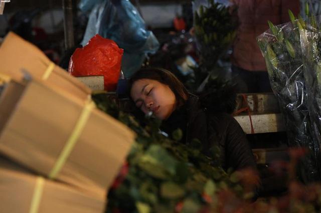Ảnh: Chợ hoa ngày Valentine hiu hắt, giá rớt thảm hại - Ảnh 4.