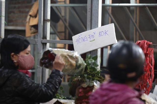 Ảnh: Chợ hoa ngày Valentine hiu hắt, giá rớt thảm hại - Ảnh 9.