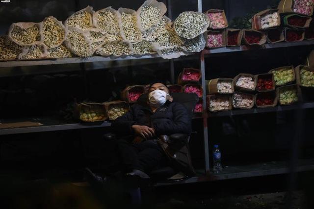 Ảnh: Chợ hoa ngày Valentine hiu hắt, giá rớt thảm hại - Ảnh 6.