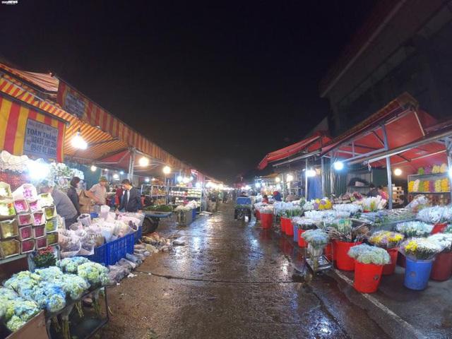 Ảnh: Chợ hoa ngày Valentine hiu hắt, giá rớt thảm hại - Ảnh 1.