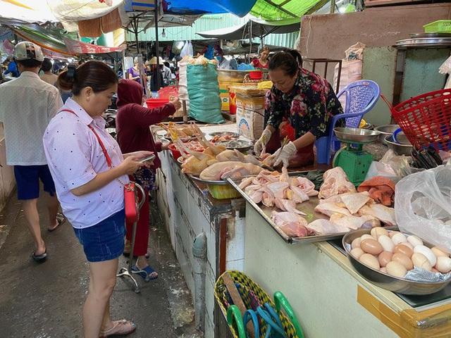 Giá thị gà, vịt tại chợ, siêu thị cao gấp hai, gấp ba lần ở trại - Ảnh 1.