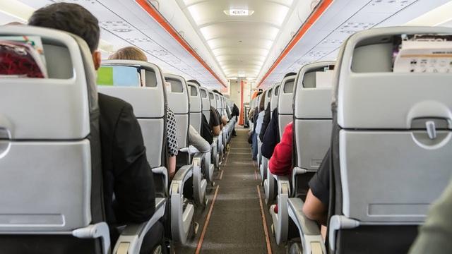 Virus sẽ lây lan như thế nào nếu bạn đi chung máy bay với một người bị ốm? - Ảnh 2.