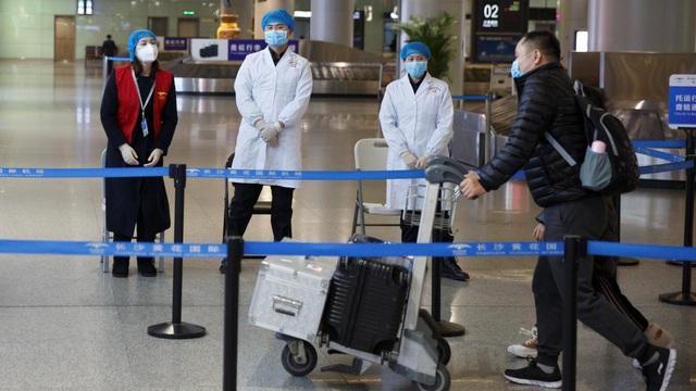 Virus sẽ lây lan như thế nào nếu bạn đi chung máy bay với một người bị ốm? - Ảnh 1.