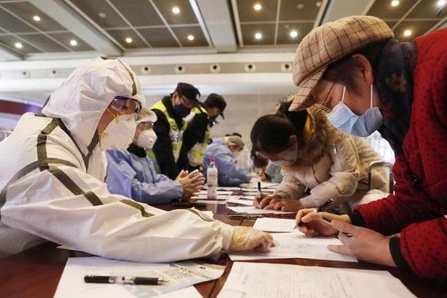 Trung Quốc sẽ hạ điểm tín nhiệm xã hội của công dân nếu họ cố tình che giấu biểu hiện nhiễm Covid-19 - Ảnh 1.