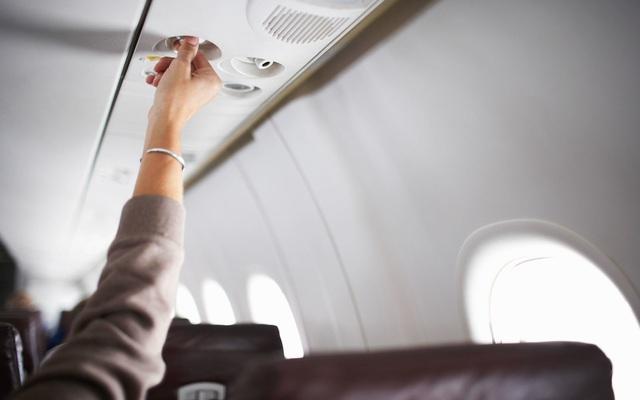 Nhờ hệ thống màng lọc này, không khí trên máy bay an toàn hơn hẳn so với bạn nghĩ: Không chỉ bụi bẩn, virus và vi khuẩn cũng bị loại bỏ đến 99.97% - Ảnh 1.