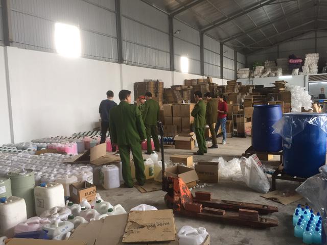 Tạm giữ hơn 1.300 chai nước rửa tay khô chưa được công bố chất lượng tại Bắc Giang - Ảnh 1.