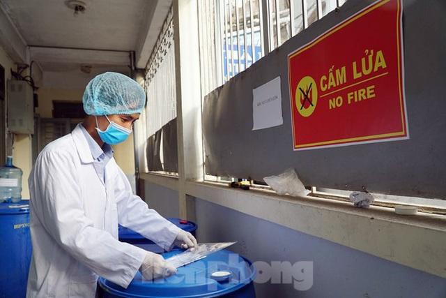 Cận cảnh xưởng chế cồn rửa tay hỗ trợ người dân Sơn Lôi - Vĩnh Phúc - Ảnh 2.
