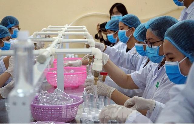 Cận cảnh xưởng chế cồn rửa tay hỗ trợ người dân Sơn Lôi - Vĩnh Phúc - Ảnh 5.