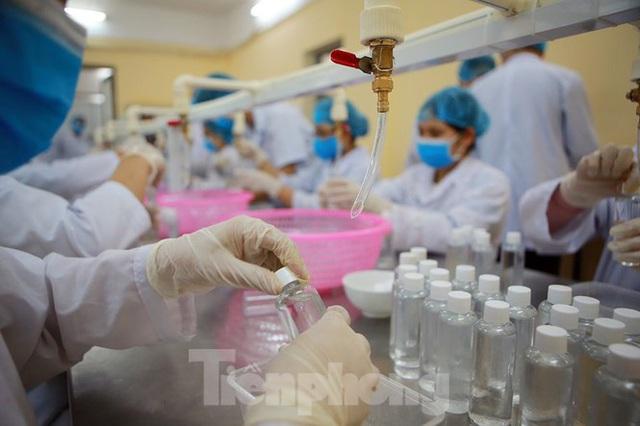 Cận cảnh xưởng chế cồn rửa tay hỗ trợ người dân Sơn Lôi - Vĩnh Phúc - Ảnh 7.