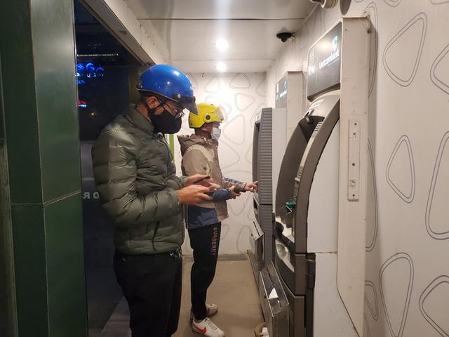 Tiếp xúc hàng trăm người/ngày nhưng ATM không có nước sát khuẩn, cồn rửa tay phòng Covid-19 - Ảnh 1.