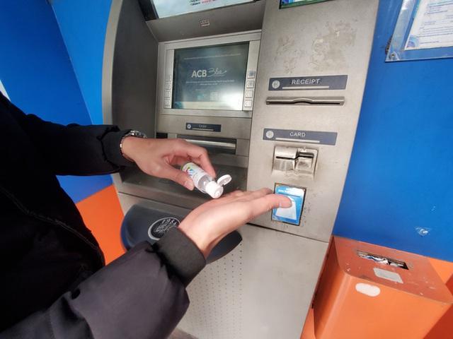 Tiếp xúc hàng trăm người/ngày nhưng ATM không có nước sát khuẩn, cồn rửa tay phòng Covid-19 - Ảnh 7.