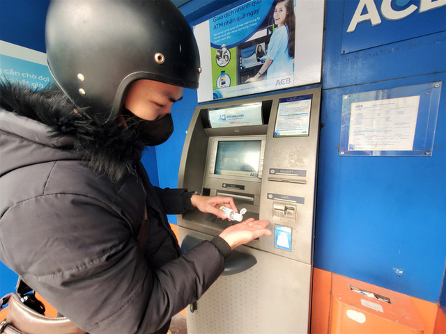 Tiếp xúc hàng trăm người/ngày nhưng ATM không có nước sát khuẩn, cồn rửa tay phòng Covid-19 - Ảnh 6.