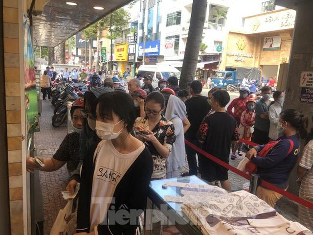 Rồng rắn xếp hàng mua bánh mì thanh long ở Sài Gòn - Ảnh 2.