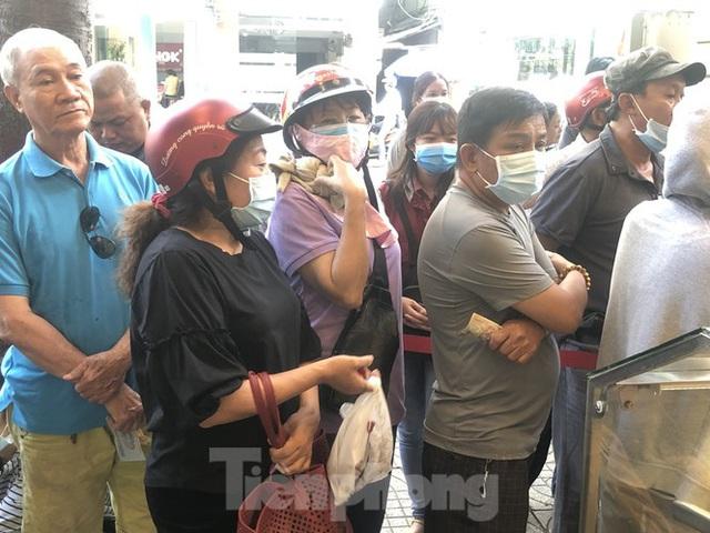 Rồng rắn xếp hàng mua bánh mì thanh long ở Sài Gòn - Ảnh 14.