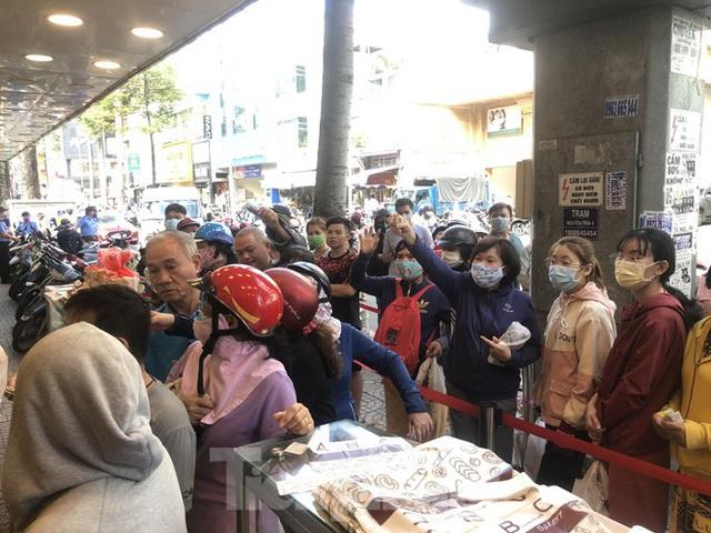 Rồng rắn xếp hàng mua bánh mì thanh long ở Sài Gòn - Ảnh 15.
