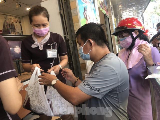 Rồng rắn xếp hàng mua bánh mì thanh long ở Sài Gòn - Ảnh 16.