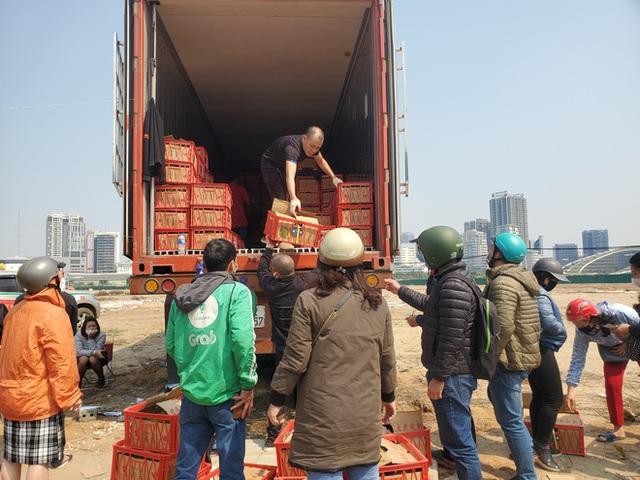 14 tấn sầu riêng về Hà Nội: Treo biển kêu gọi giải cứu, bán theo combo đồng giá 450.000 đồng/8kg - Ảnh 1.