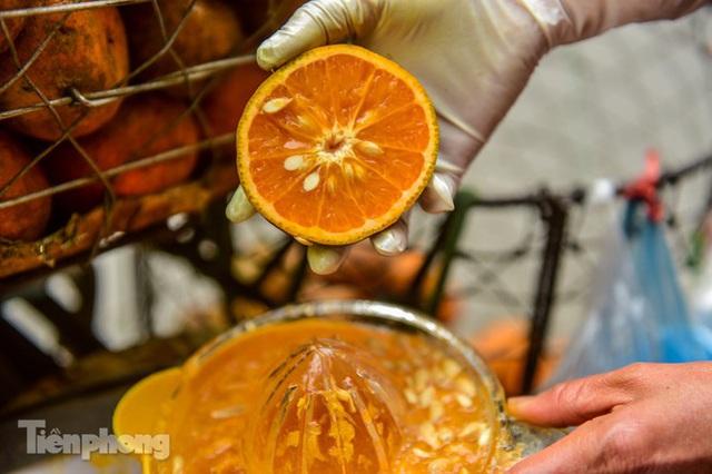 Hốt bạc nhờ vắt nước cam trên phố Hà Nội thời dịch Covid-19 - Ảnh 8.