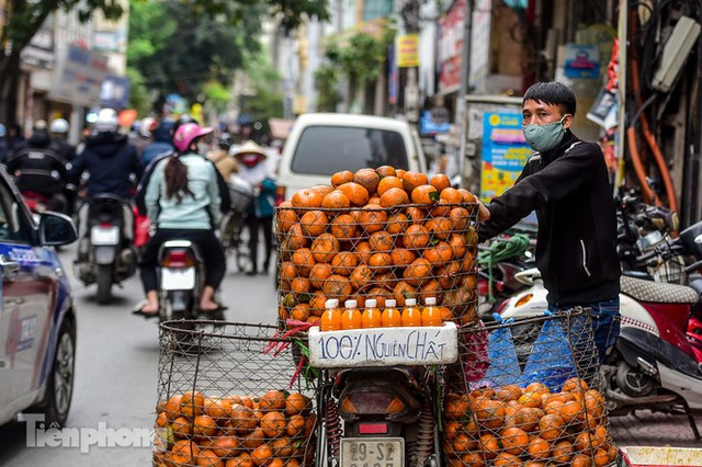 Hốt bạc nhờ vắt nước cam trên phố Hà Nội thời dịch Covid-19 - Ảnh 9.