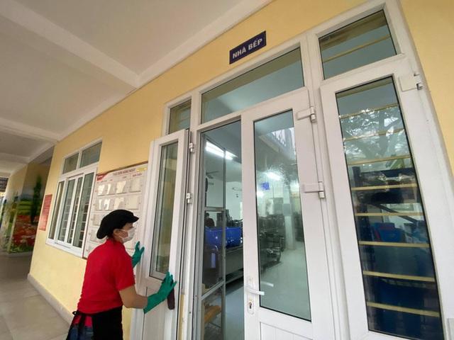 [Ảnh] Hà Nội: Các trường học vệ sinh, khử trùng để phòng dịch nCoV - Ảnh 1.