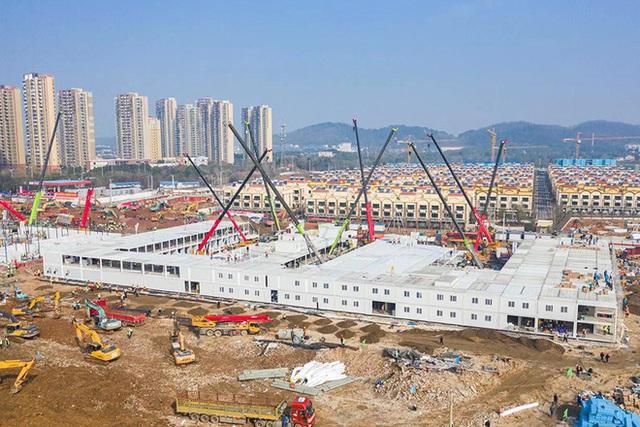 Một loạt hình ảnh mới về 2 bệnh viện dã chiến của Trung Quốc chống dịch virus Vũ Hán sắp hoàn thành - Ảnh 1.