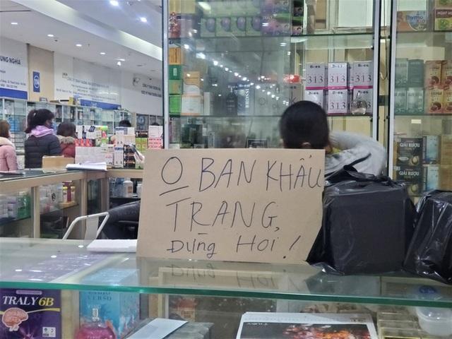 Sau 1 đêm, chợ thuốc lớn nhất Hà Nội đồng loạt đặt biển không bán khẩu trang, miễn hỏi - Ảnh 3.