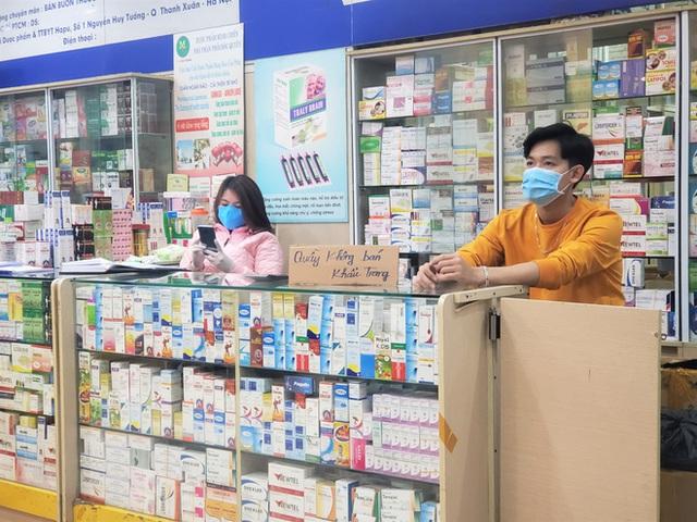 Sau 1 đêm, chợ thuốc lớn nhất Hà Nội đồng loạt đặt biển không bán khẩu trang, miễn hỏi - Ảnh 4.