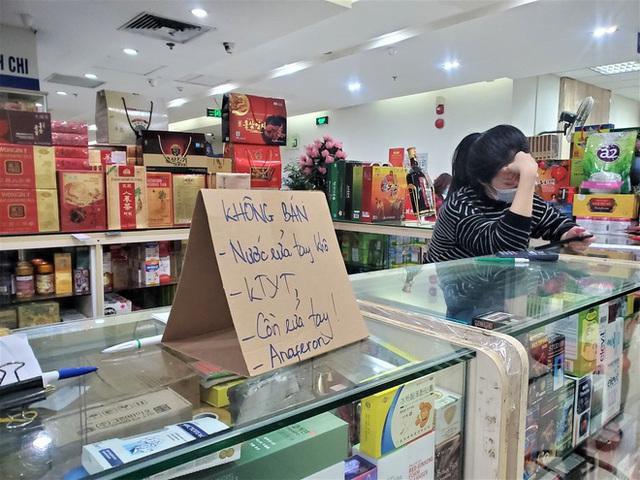 Sau 1 đêm, chợ thuốc lớn nhất Hà Nội đồng loạt đặt biển không bán khẩu trang, miễn hỏi - Ảnh 6.