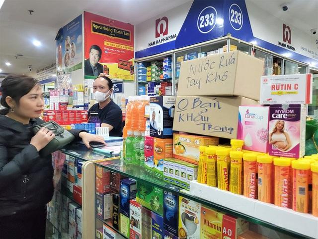 Sau 1 đêm, chợ thuốc lớn nhất Hà Nội đồng loạt đặt biển không bán khẩu trang, miễn hỏi - Ảnh 7.